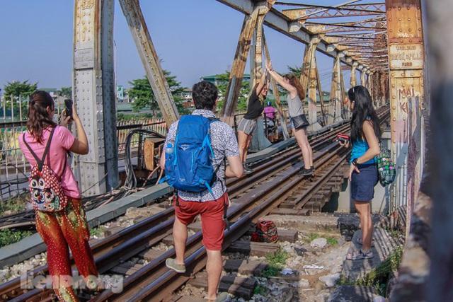 Đóng cửa phố đường tàu, khách Tây dạt ra cầu Long Biên - Ảnh 1.