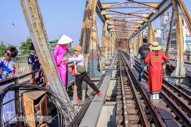 Đóng cửa phố đường tàu, khách Tây dạt ra cầu Long Biên - Ảnh 2.