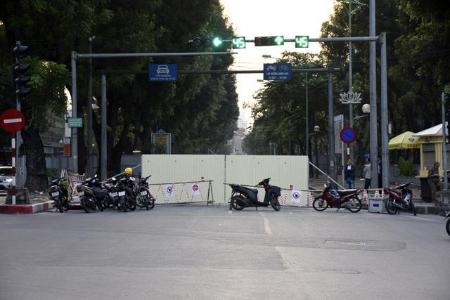 Rào chắn nửa đường, người dân căng mình di chuyển qua Kim Mã giờ tan tầm - Ảnh 1.