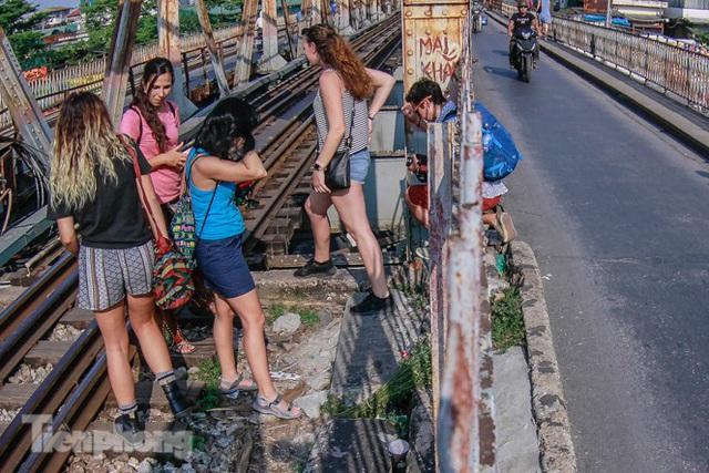 Đóng cửa phố đường tàu, khách Tây dạt ra cầu Long Biên - Ảnh 3.