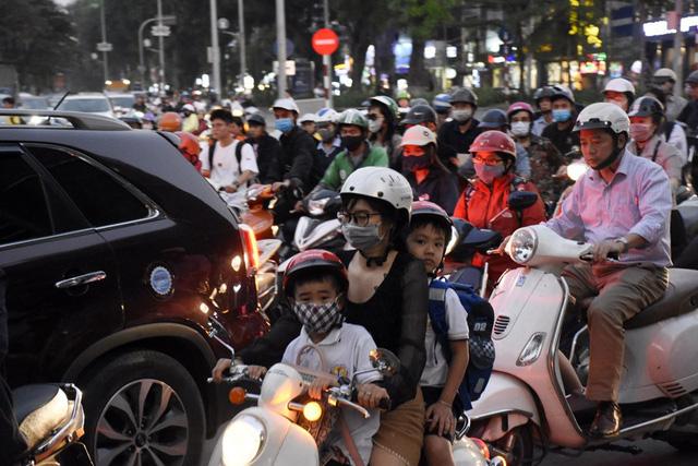 Rào chắn nửa đường, người dân căng mình di chuyển qua Kim Mã giờ tan tầm - Ảnh 8.