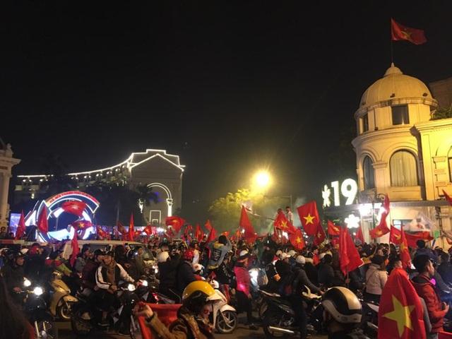 Kiếm tiền triệu chỉ sau vài giờ nhờ bán cờ, áo...mừng đội tuyển U22 Việt Nam vô địch SEA Games 30 - Ảnh 2.