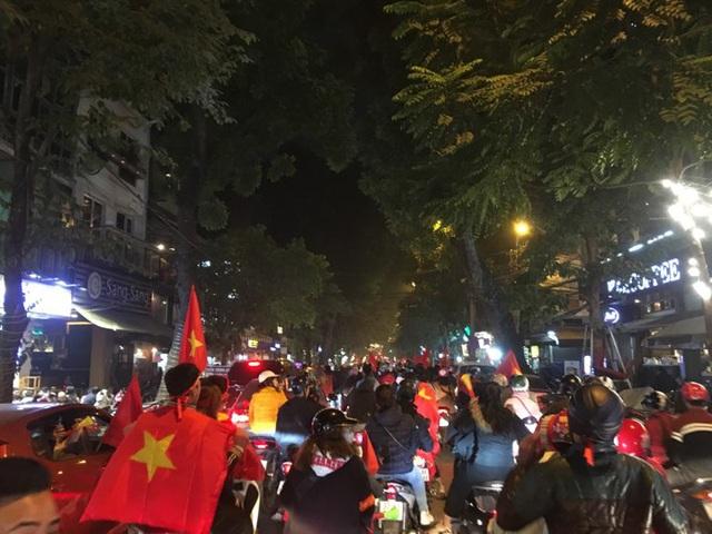 Kiếm tiền triệu chỉ sau vài giờ nhờ bán cờ, áo...mừng đội tuyển U22 Việt Nam vô địch SEA Games 30 - Ảnh 1.