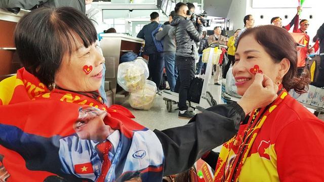 Hàng trăm cổ động viên nhuộm đỏ sân bay Nội Bài cổ vũ đội tuyển U22 Việt Nam - Ảnh 6.
