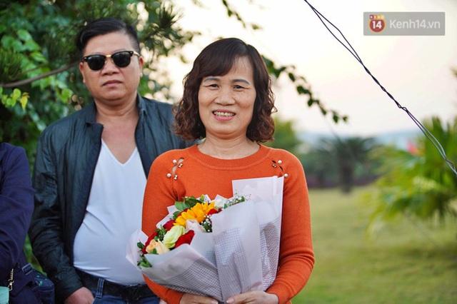 CĐV đổ dồn đi đón đoàn thể thao Việt Nam tham sự SEA Games trở về, đường vào sân bay Nội Bài ùn tắc - Ảnh 2.