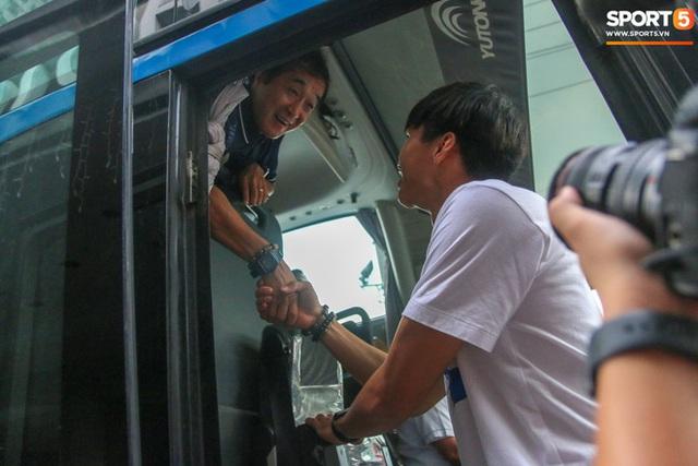 Xúc động cảnh Văn Hậu chia tay đồng đội, ở lại Philippines một mình - Ảnh 11.