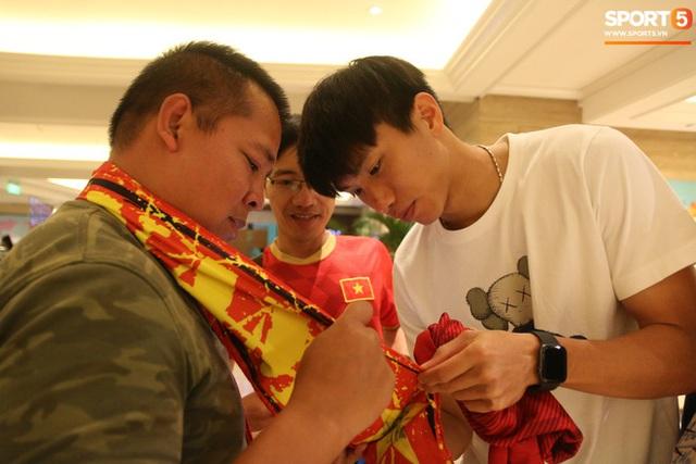 Xúc động cảnh Văn Hậu chia tay đồng đội, ở lại Philippines một mình - Ảnh 13.