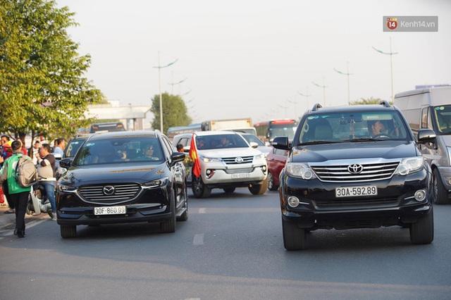 CĐV đổ dồn đi đón đoàn thể thao Việt Nam tham sự SEA Games trở về, đường vào sân bay Nội Bài ùn tắc - Ảnh 11.