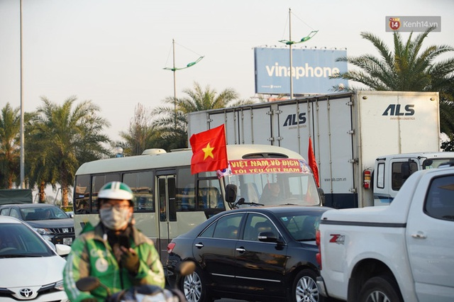 CĐV đổ dồn đi đón đoàn thể thao Việt Nam tham sự SEA Games trở về, đường vào sân bay Nội Bài ùn tắc - Ảnh 12.