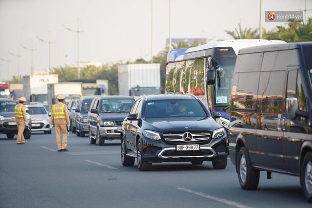 CĐV đổ dồn đi đón đoàn thể thao Việt Nam tham sự SEA Games trở về, đường vào sân bay Nội Bài ùn tắc - Ảnh 13.