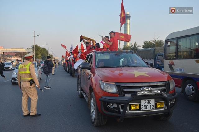 CĐV đổ dồn đi đón đoàn thể thao Việt Nam tham sự SEA Games trở về, đường vào sân bay Nội Bài ùn tắc - Ảnh 14.