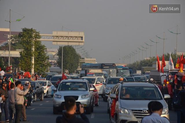 CĐV đổ dồn đi đón đoàn thể thao Việt Nam tham sự SEA Games trở về, đường vào sân bay Nội Bài ùn tắc - Ảnh 15.