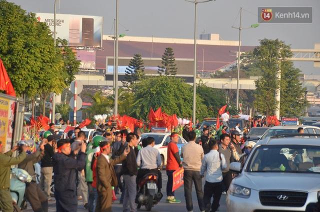 CĐV đổ dồn đi đón đoàn thể thao Việt Nam tham sự SEA Games trở về, đường vào sân bay Nội Bài ùn tắc - Ảnh 16.