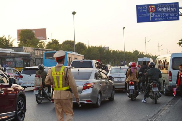 CĐV đổ dồn đi đón đoàn thể thao Việt Nam tham sự SEA Games trở về, đường vào sân bay Nội Bài ùn tắc - Ảnh 19.