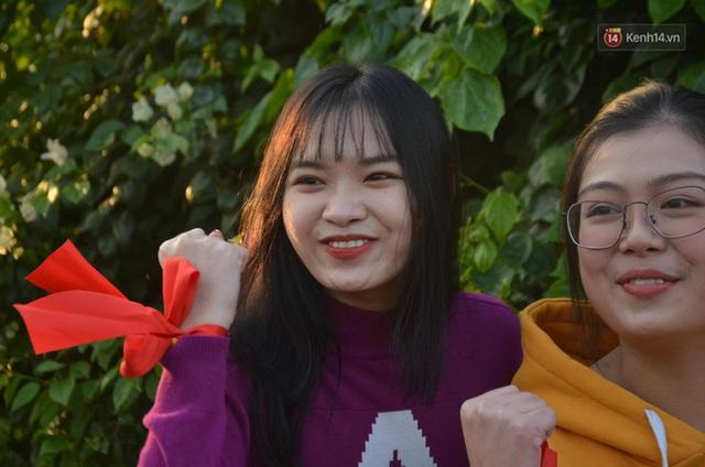 CĐV đổ dồn đi đón đoàn thể thao Việt Nam tham sự SEA Games trở về, đường vào sân bay Nội Bài ùn tắc - Ảnh 21.