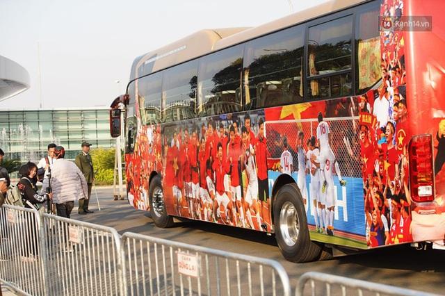 CĐV đổ dồn đi đón đoàn thể thao Việt Nam tham sự SEA Games trở về, đường vào sân bay Nội Bài ùn tắc - Ảnh 24.