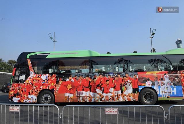 CĐV đổ dồn đi đón đoàn thể thao Việt Nam tham sự SEA Games trở về, đường vào sân bay Nội Bài ùn tắc - Ảnh 25.