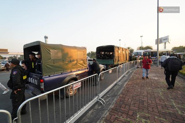 CĐV đổ dồn đi đón đoàn thể thao Việt Nam tham sự SEA Games trở về, đường vào sân bay Nội Bài ùn tắc - Ảnh 4.