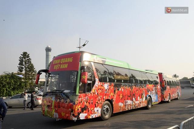CĐV đổ dồn đi đón đoàn thể thao Việt Nam tham sự SEA Games trở về, đường vào sân bay Nội Bài ùn tắc - Ảnh 26.