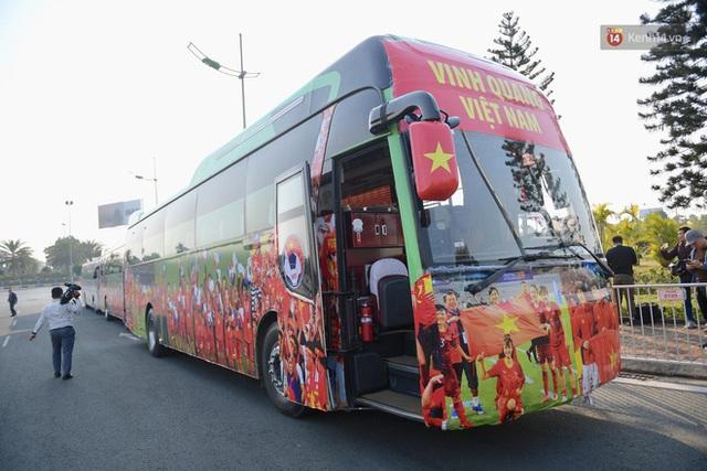 CĐV đổ dồn đi đón đoàn thể thao Việt Nam tham sự SEA Games trở về, đường vào sân bay Nội Bài ùn tắc - Ảnh 27.