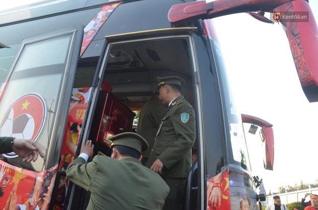 CĐV đổ dồn đi đón đoàn thể thao Việt Nam tham sự SEA Games trở về, đường vào sân bay Nội Bài ùn tắc - Ảnh 28.