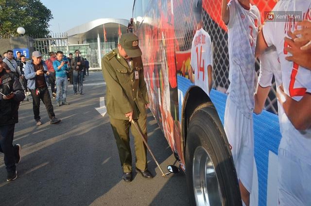 CĐV đổ dồn đi đón đoàn thể thao Việt Nam tham sự SEA Games trở về, đường vào sân bay Nội Bài ùn tắc - Ảnh 29.