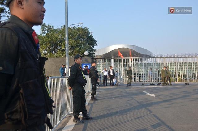 CĐV đổ dồn đi đón đoàn thể thao Việt Nam tham sự SEA Games trở về, đường vào sân bay Nội Bài ùn tắc - Ảnh 30.