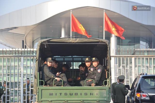 CĐV đổ dồn đi đón đoàn thể thao Việt Nam tham sự SEA Games trở về, đường vào sân bay Nội Bài ùn tắc - Ảnh 32.