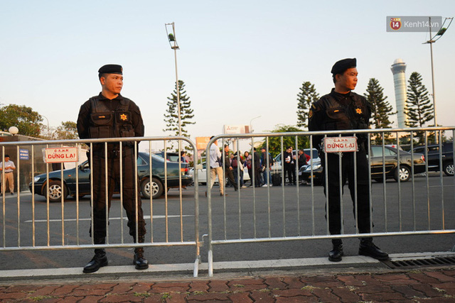 CĐV đổ dồn đi đón đoàn thể thao Việt Nam tham sự SEA Games trở về, đường vào sân bay Nội Bài ùn tắc - Ảnh 5.