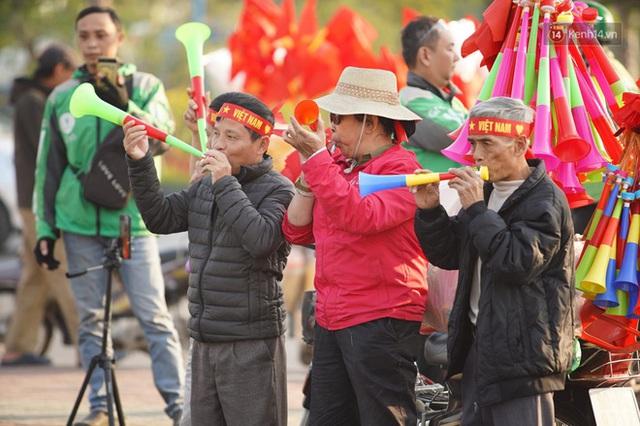 CĐV đổ dồn đi đón đoàn thể thao Việt Nam tham sự SEA Games trở về, đường vào sân bay Nội Bài ùn tắc - Ảnh 36.