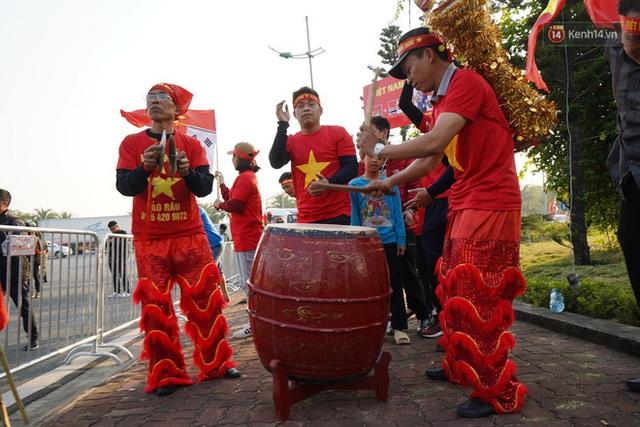 CĐV đổ dồn đi đón đoàn thể thao Việt Nam tham sự SEA Games trở về, đường vào sân bay Nội Bài ùn tắc - Ảnh 37.