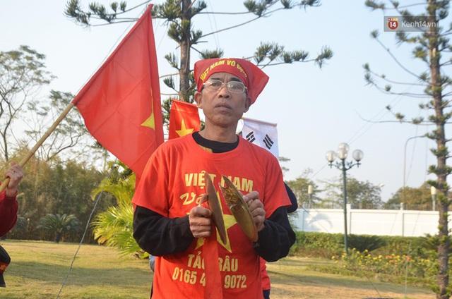 CĐV đổ dồn đi đón đoàn thể thao Việt Nam tham sự SEA Games trở về, đường vào sân bay Nội Bài ùn tắc - Ảnh 38.