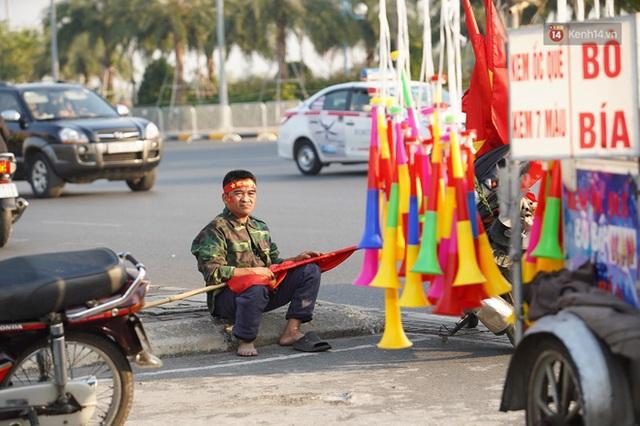 CĐV đổ dồn đi đón đoàn thể thao Việt Nam tham sự SEA Games trở về, đường vào sân bay Nội Bài ùn tắc - Ảnh 40.