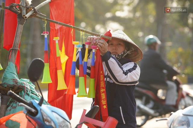 CĐV đổ dồn đi đón đoàn thể thao Việt Nam tham sự SEA Games trở về, đường vào sân bay Nội Bài ùn tắc - Ảnh 41.