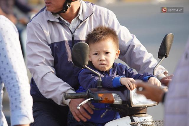 CĐV đổ dồn đi đón đoàn thể thao Việt Nam tham sự SEA Games trở về, đường vào sân bay Nội Bài ùn tắc - Ảnh 42.