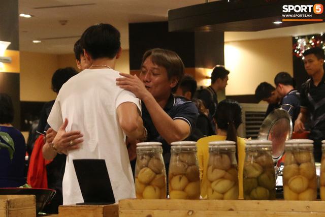 Xúc động cảnh Văn Hậu chia tay đồng đội, ở lại Philippines một mình - Ảnh 7.