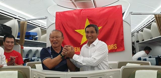 CĐV đổ dồn đi đón đoàn thể thao Việt Nam tham sự SEA Games trở về, đường vào sân bay Nội Bài ùn tắc - Ảnh 8.