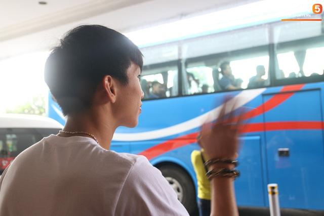 Xúc động cảnh Văn Hậu chia tay đồng đội, ở lại Philippines một mình - Ảnh 10.