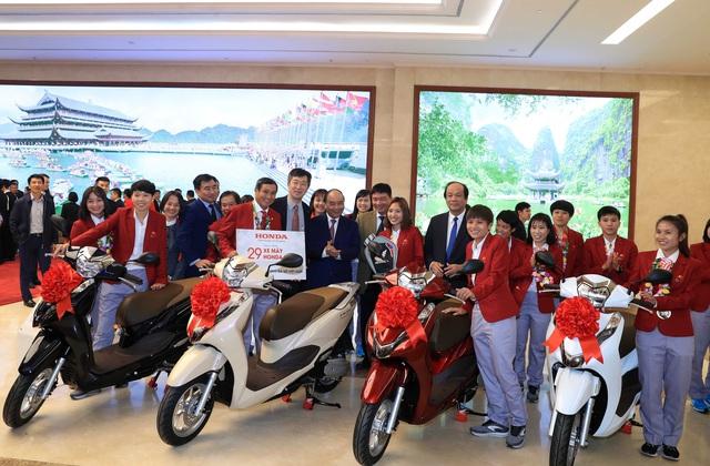 Honda tặng thưởng xe Lead và Winner X cho đội tuyển bóng đá Việt Nam vừa vô địch SEA Games 30 - Ảnh 1.