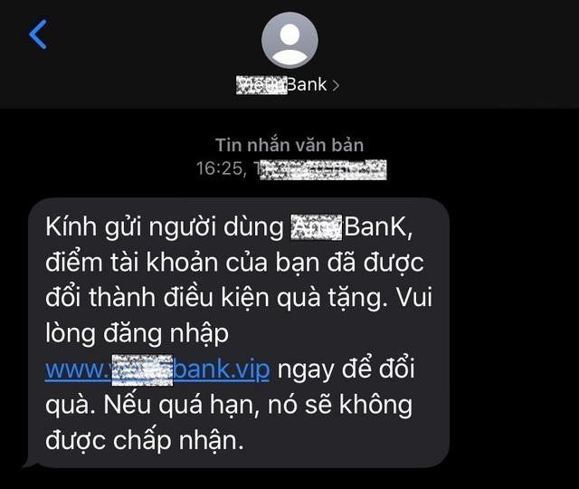 Bộ Công an cảnh báo thủ đoạn giả mạo tin nhắn ngân hàng để lừa chiếm đoạt tiền trong tài khoản - Ảnh 2.