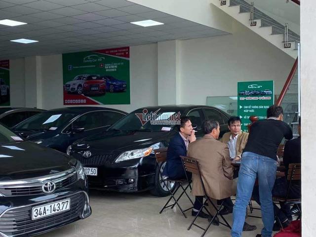 Ô tô cũ giảm giá theo xe mới, khách tấp nập hỏi mua - Ảnh 2.