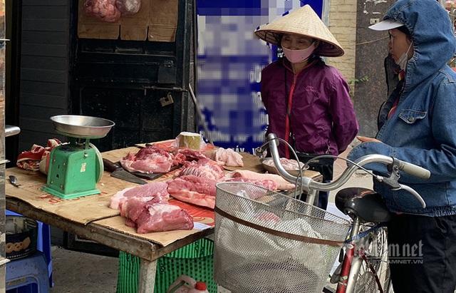 Đắt hơn bò Mỹ, dân Thủ đô đụng lợn ăn chung như thời bao cấp - Ảnh 1.