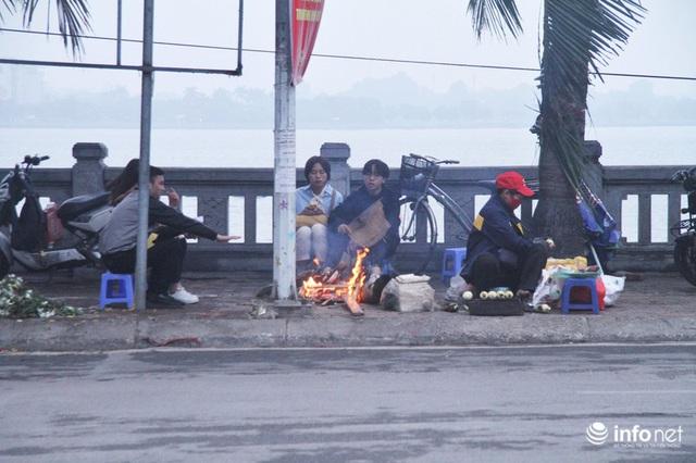 Người dân Hà Nội co ro đốt lửa sưởi ấm trong tiết trời mưa phùn gió rét cuối năm - Ảnh 2.