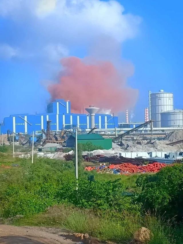 Nhà máy thép Hòa Phát Dung Quất nhả khói màu hồng bất thường - Ảnh 2.