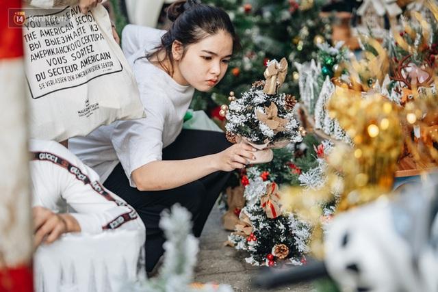 Tuần lộc vàng đính kim sa 3 triệu đồng vẫn hút khách, Hàng Mã trang hoàng trước thềm Giáng Sinh - Ảnh 14.
