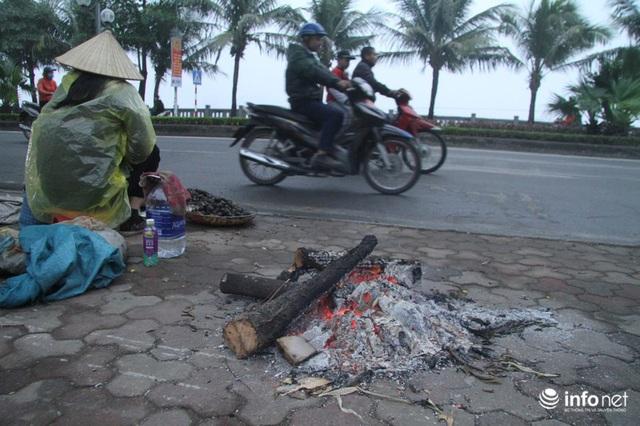 Người dân Hà Nội co ro đốt lửa sưởi ấm trong tiết trời mưa phùn gió rét cuối năm - Ảnh 4.