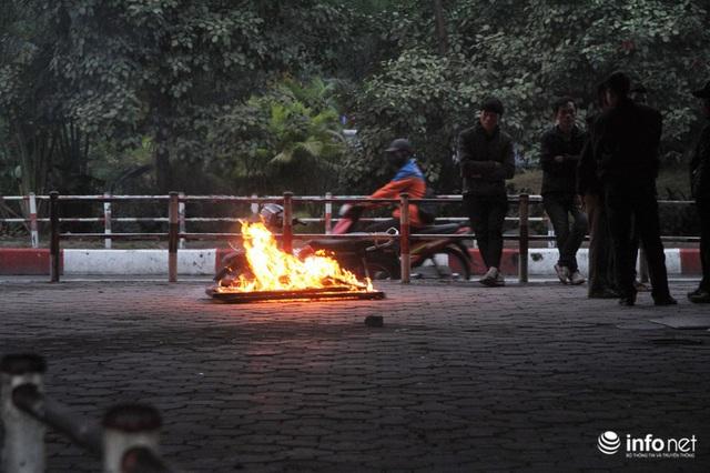 Người dân Hà Nội co ro đốt lửa sưởi ấm trong tiết trời mưa phùn gió rét cuối năm - Ảnh 5.