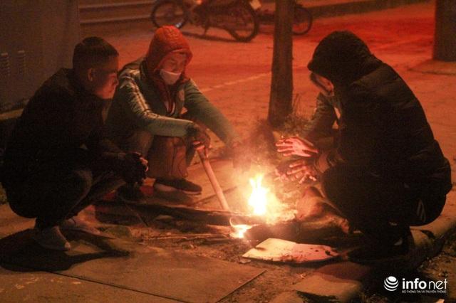 Người dân Hà Nội co ro đốt lửa sưởi ấm trong tiết trời mưa phùn gió rét cuối năm - Ảnh 10.