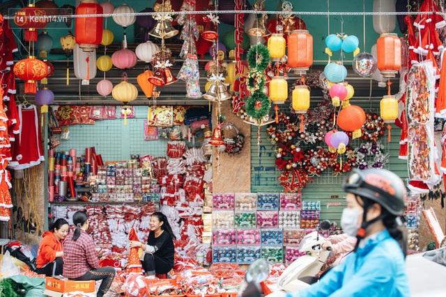 Tuần lộc vàng đính kim sa 3 triệu đồng vẫn hút khách, Hàng Mã trang hoàng trước thềm Giáng Sinh - Ảnh 1.