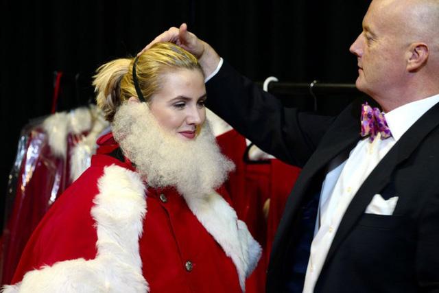 Bên trong trường học đào tạo ông già Noel duy nhất ở Anh, nơi mỗi bộ đồ trị giá hơn 30 triệu và bắt buộc phải học thuộc tên từng con tuần lộc - Ảnh 4.